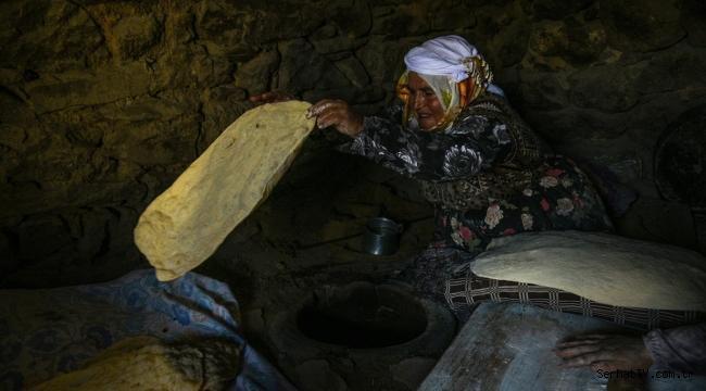 Kars'ta köylü kadınlar imece usulü ekmek yapıyor