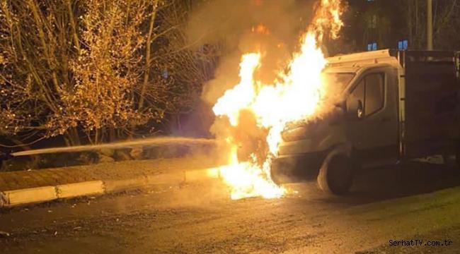 Kars'ta park halindeki kamyonet yandı