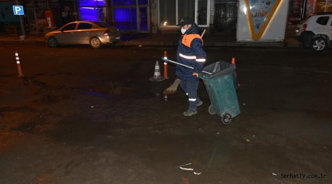 Sessizliğe bürünen kentte temizlik görevlileri iş başında