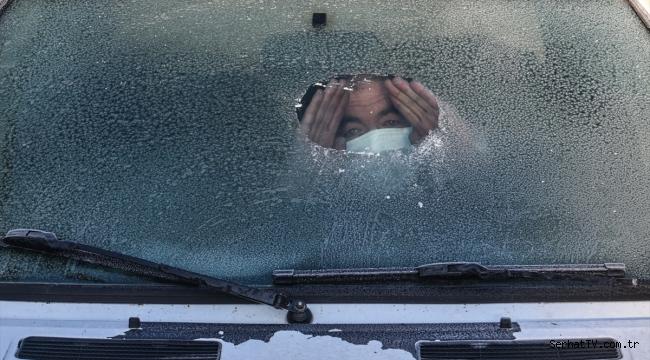 Soğuk hava nedeniyle araç ve evlerin camları buz tuttu