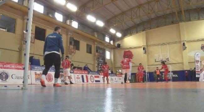 Farkındalık yaratmak için görme engellilerden Futsal maçı