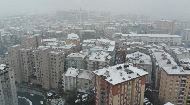 İstanbul'da yağan kar sosyal medyada gündem oldu! Telefona eline alan fotoğraf çekip paylaşım yaptı
