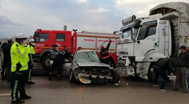 Manisa'nın Soma ilçesinde otomobilin kamyonun altına girmesi sonucu meydana gelen trafik kazasında 3 kişi hayatını kaybetti.