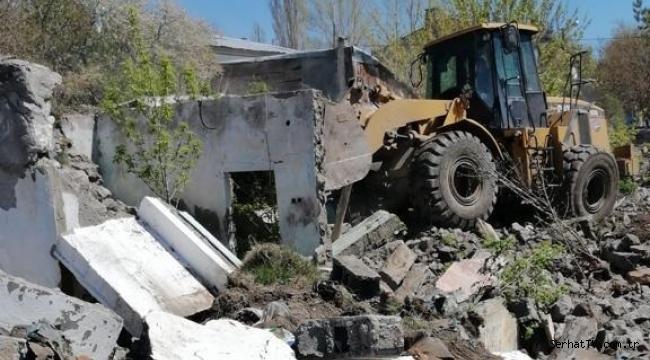 Kars'ta metruk binalar yıkılıyor