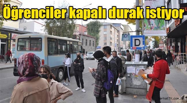 Kars'ta öğrenciler kapalı durak istiyor