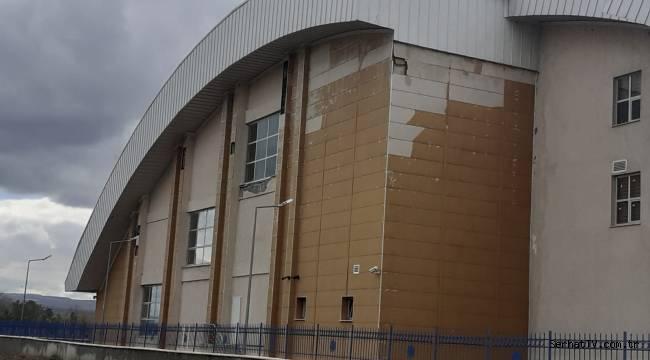 Yarı Olimpik Kapalı Yüzme Havuzu hizmet binası bakım istiyor.